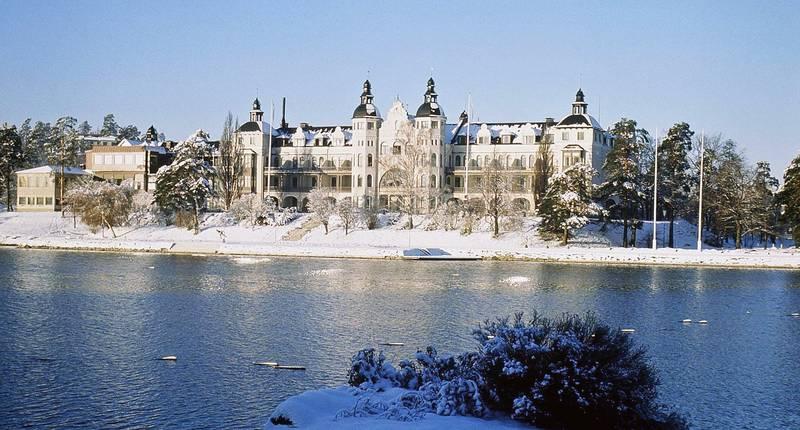 Hotell vid havet på vintern. Snö på backen.