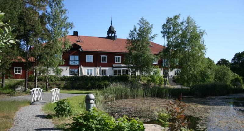 Hotell vid en damm på sommaren