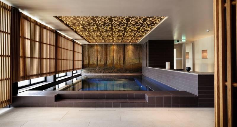 En pool på ett spahotell. Modern inredning